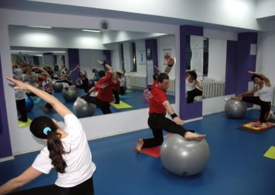 Pilates cu mingi de fitness